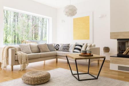 Holz-Kaffeetisch und weißes Sofa im gemütlichen trendy entworfenen Wohnzimmer Foto: Photographee.eu / shutterstock.com