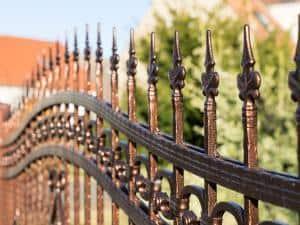 Zaun / Zaun aus Metall an einem Grundstück