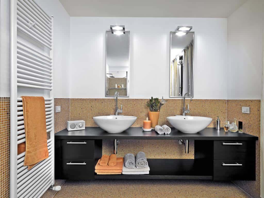 Badezimmer mit hohen Spiegeln