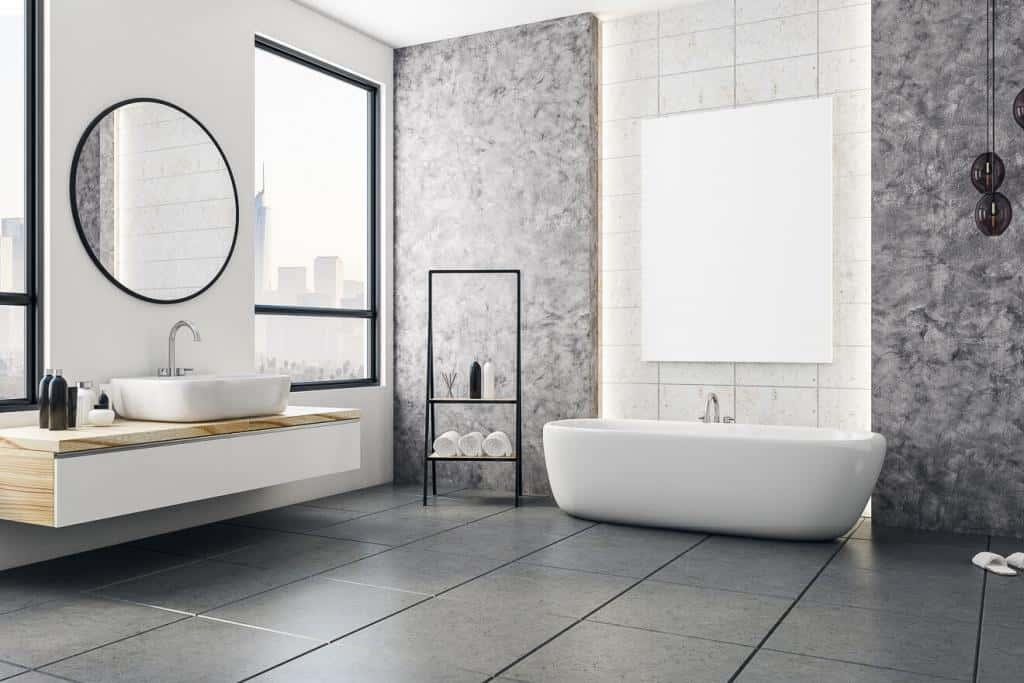 Badezimmer mit rundem Badspiegel