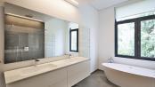 Badezimmer mit Waschbecken aus Corian®