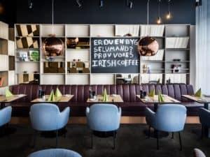 Modernes Café mit stilvollen Möbeln