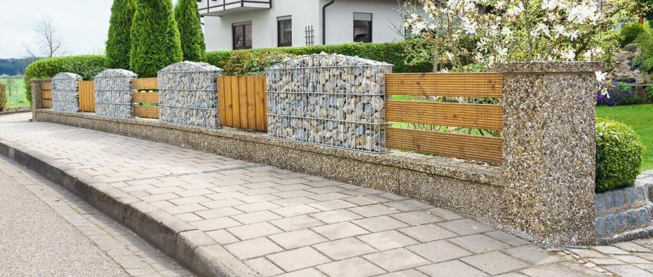 Neuer Zaun mit Gabionen