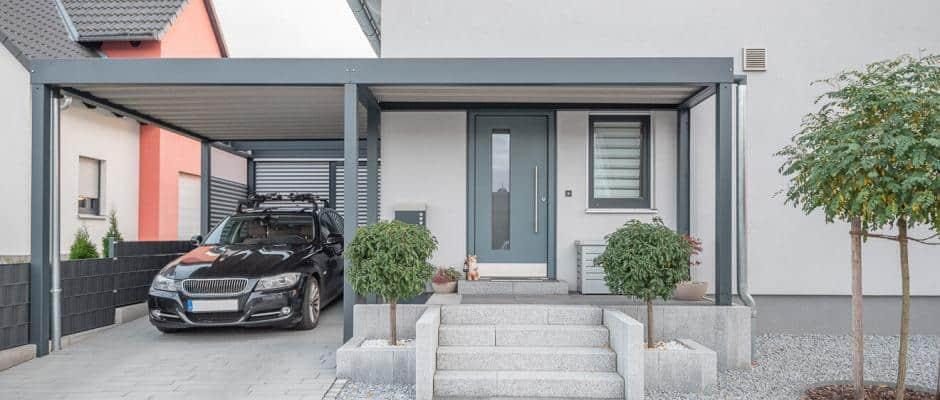 Moderner Carport an Einfamilienhaus