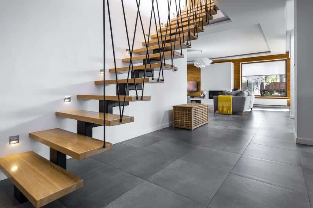 Treppe mit Wandleuchten im Trittbereich