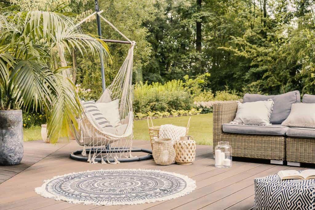 Eine schöne Terrasse mit Gartenmöbeln