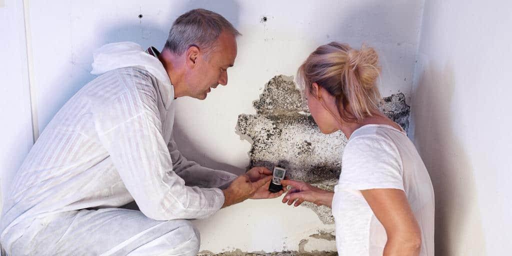 Experte misst die Feuchtigkeit in der Wand